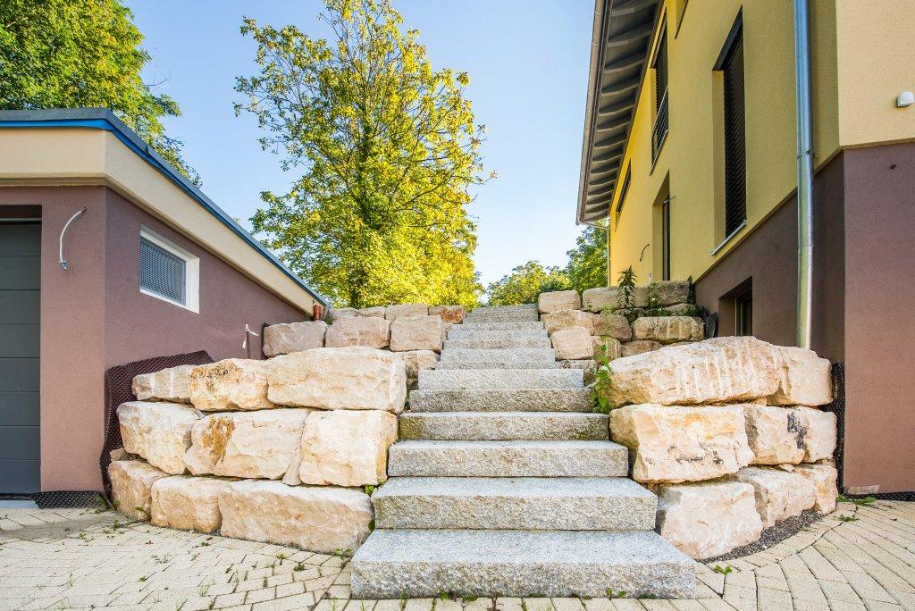 amoltern-eingan-pflaster-terrraze-wasswefall-rasen-baume-treppe-2012-4