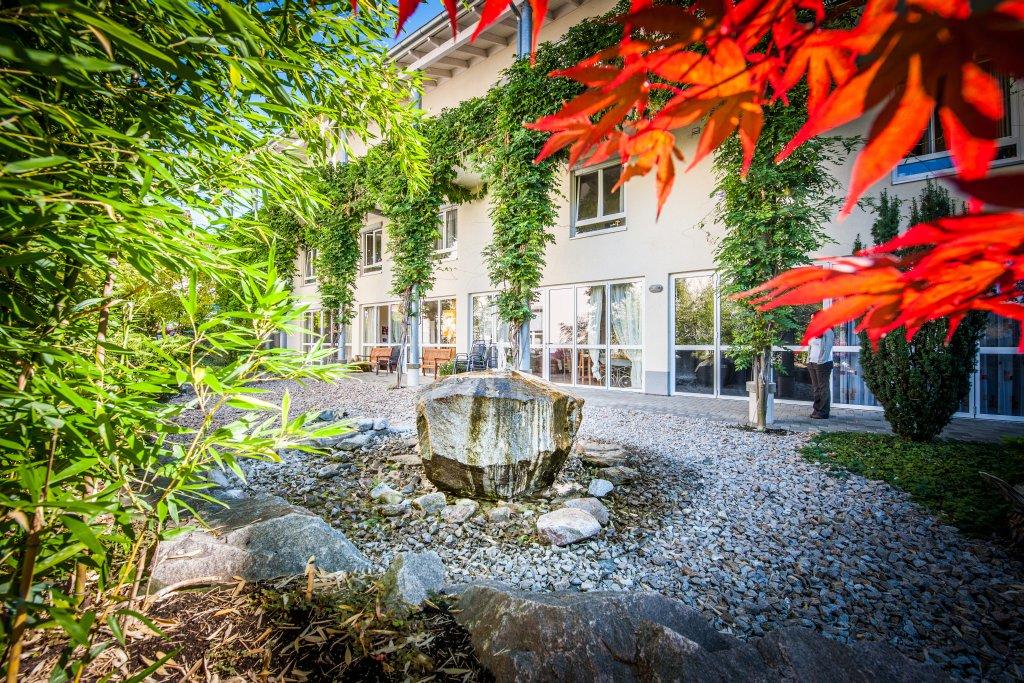 bahlingen-eingang-quellstein-bepflanzung-garten-pflaster-4