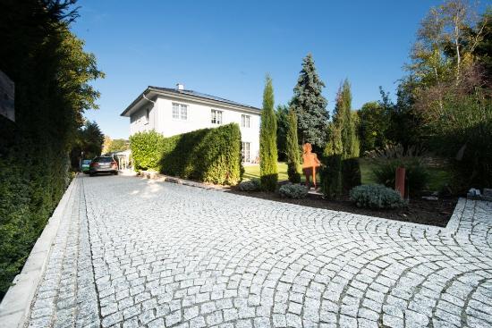 endingen-sebastian-mattiasuli-eingang-quellstein-rasen-treppen-mauer-garten-3