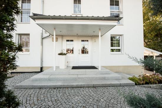 endingen-sebastian-mattiasuli-eingang-quellstein-rasen-treppen-mauer-garten-6