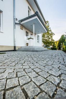 endingen-sebastian-mattiasuli-eingang-quellstein-rasen-treppen-mauer-garten-8